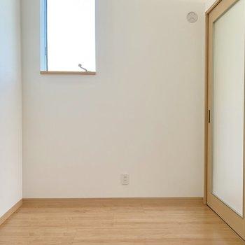 すりガラスが埋め込まれた引き戸だから洋室もしっかり明るい♬(※写真は清掃前のものです)