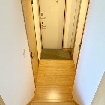 短い階段を降りた玄関部分に水回りが集結。(※写真は清掃前のものです)