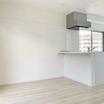 キッチンのカウンターが食事スペースでいいんじゃない?