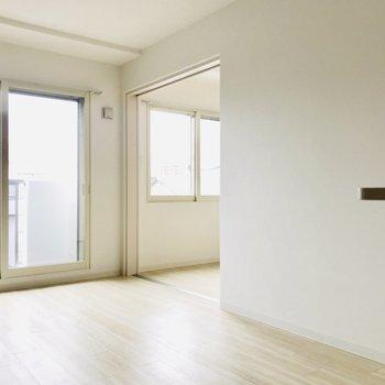 白を基調とした清潔な空間(※写真は同間取り別部屋のものです)