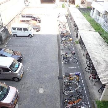 駐輪場と駐車場。