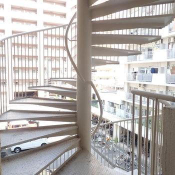 エレベーターも螺旋階段もあります。