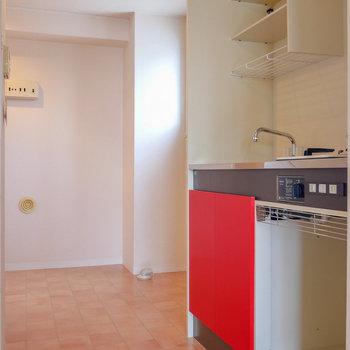 キッチン横に洗濯機置場。 小窓あります。