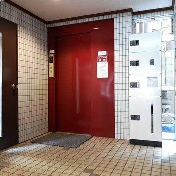 エレベーター横に、宅配ボックスあります。