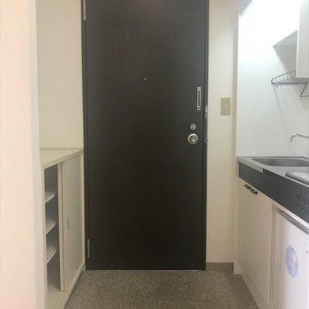 台所とシューズボックスに挟まれた玄関。