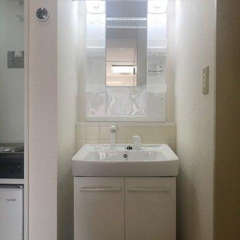 台所と浴室の間に洗面台があります〜