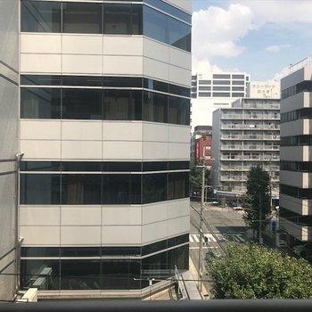 前の建物が見えます