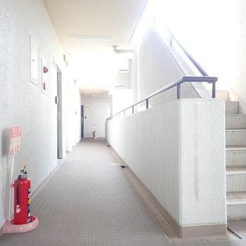 エレベーターと階段あります。