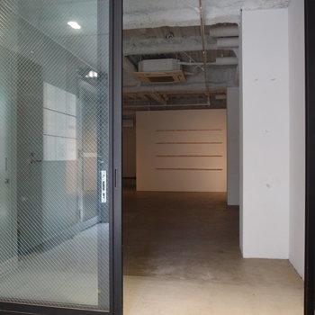 引き戸を開けると店舗or事務所空間