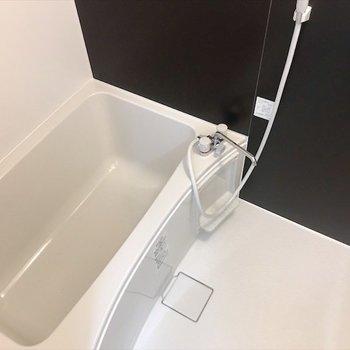 十分な広さの浴室でのんびりバスタイム。