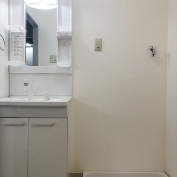 洗面台の隣に洗濯機置場があるので安心!