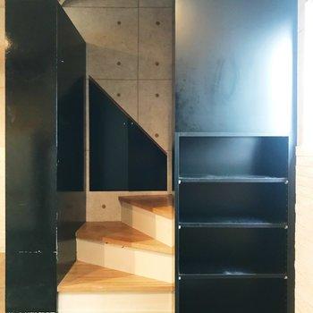 玄関への階段と幅広めの棚。本棚にしてしまうのもいいな。