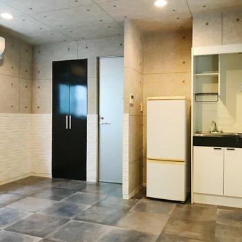 奥のスペースから。右からキッチン、サニタリー、洗濯機置き場が並びます。※冷蔵庫は残置物になります