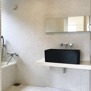 【下階】お風呂と洗面台は広々と。