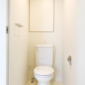 【下階】お隣にトイレ。収納棚もあります。