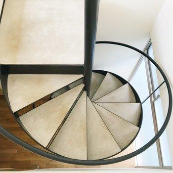 【上階】螺旋階段を下りましょう。