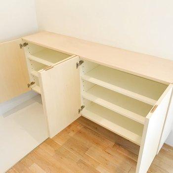 【下階】十分な容量の靴箱。靴箱上には魅せる収納もできますね。
