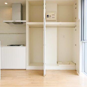 【上階】天井から床まで伸びる収納。洗濯機置き場もここに。
