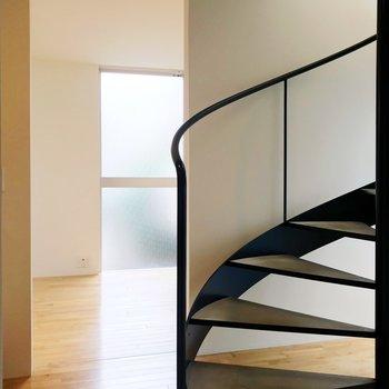 【下階】サニタリー側から見渡すと。螺旋階段下には観葉植物などが置けそうです。