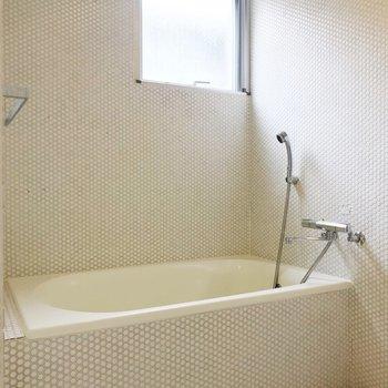 【下階】小窓付き。浴槽は、ゆっくりと休めそうな深さです。