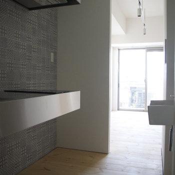 横に洗濯機置場(※写真は6階の反転間取り別部屋のものです)