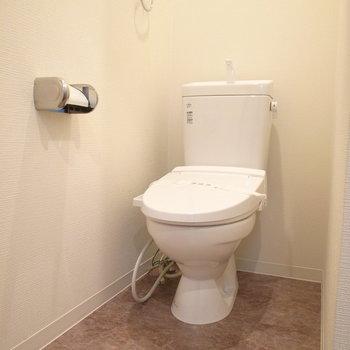 お風呂のとなりにトイレがあります。