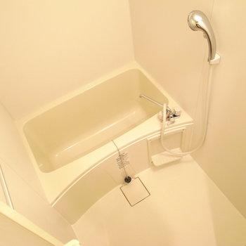 お風呂もコンパクト。鏡はご用意くださいませ。