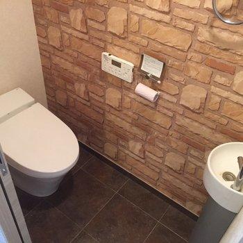 トイレはセンサーで自動で開くタイプ。(※写真はクリーニング前です)
