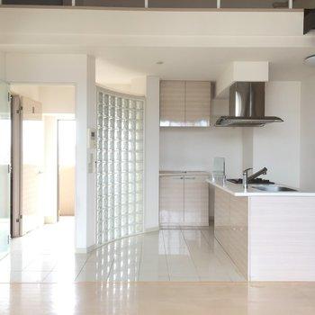 キッチンはタイル床空間(※写真はクリーニング前です)