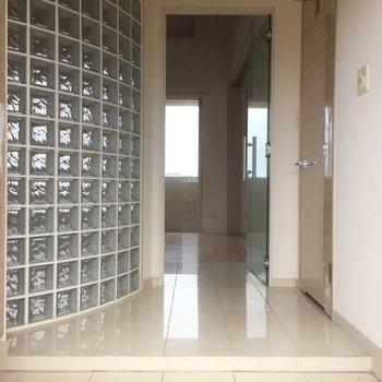 玄関入って白く輝く空間(※写真はクリーニング前です)