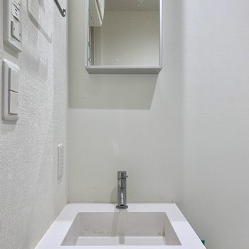 ミニマルなデザインの洗面台。