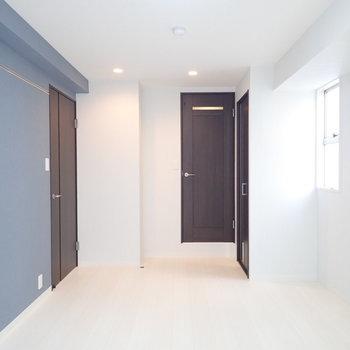 【洋室】ブルーの壁紙に銀色のレールがありまして…