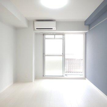 【洋室】落ち着いたブルーの壁紙。