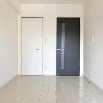 壁も床も白くてシンプルだから家具が置きやすい◎