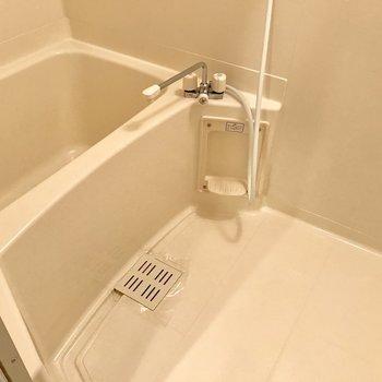 シンプルなバスルーム。浴槽が広め。