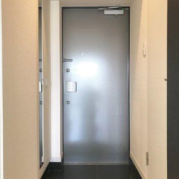玄関扉に鍵が2箇所付いてるからより安心♬