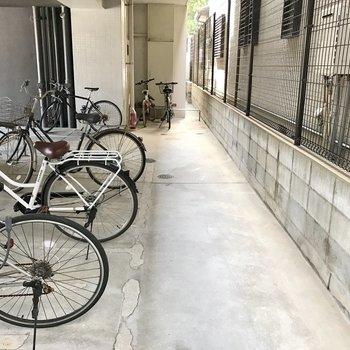 駐輪場は駐車場奥に。