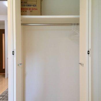 【洋室】クローゼットもコチラに。ひとり分ちょうどかな※写真は1階の同間取り別部屋のものです
