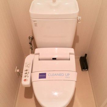 温水洗浄付きのトイレ。※写真は1階の同間取り別部屋のものです