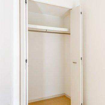 【洋室】丈の長いものも閉める高めの収納です。