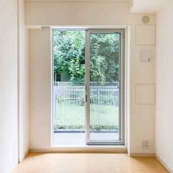 【洋室】隣のお部屋にも大きめの窓が。