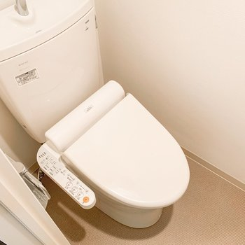 トイレの上には棚がありますよ。