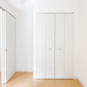 【洋室】反対側には収納が。隣のスペースにはラックが置けそうです。