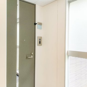 1階の一番奥のお部屋。扉の前はコンパクトな鏡が付いていますよ。
