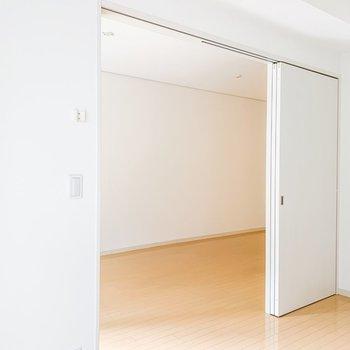 【洋室】引き戸を開けて開放的に使っても、閉めてこじんまりと使っても◎