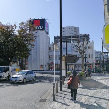 駅前に大型のスーパーがあります。