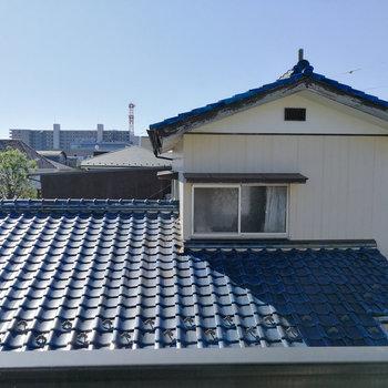 目の前は屋根。