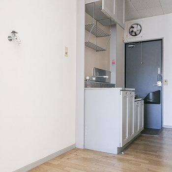 洗濯機、キッチン、玄関と並びます。