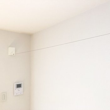 お部屋の中にも部屋干しに使えそうなワイヤーがありました。