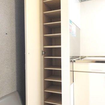 シューズボックスは大容量。余ったスペースに防災グッズを入れてもいいですね。